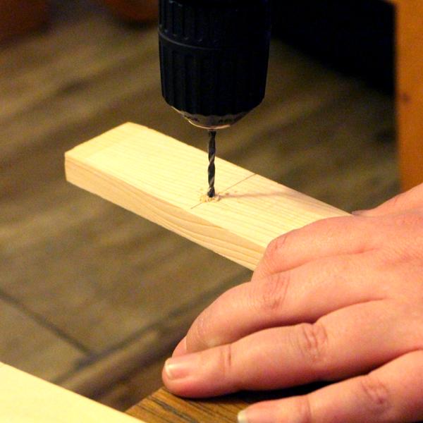 Percer les trous dans les morceaux de bois